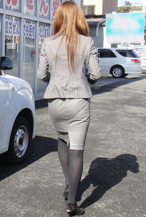 OLタイトスカート尻パンチラ透けパン太ももエロフェチ画像10枚目
