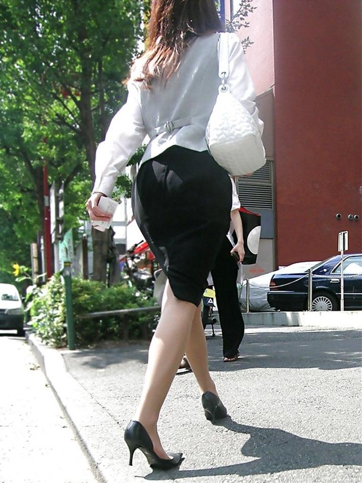 張りに張ったタイトスカートの布越しのエロ尻5枚目