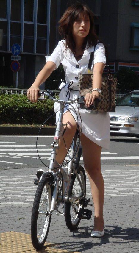自転車に乗ったOLのパンチラGETの瞬間エロ画像2枚目