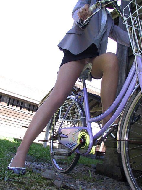自転車に乗ったOLのパンチラGETの瞬間エロ画像3枚目