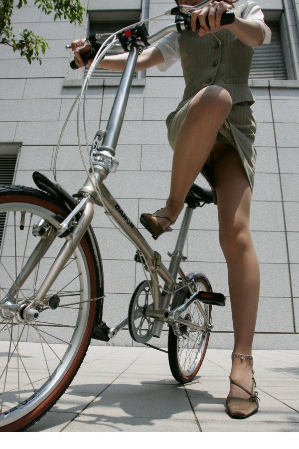 自転車に乗ったOLのパンチラGETの瞬間エロ画像6枚目