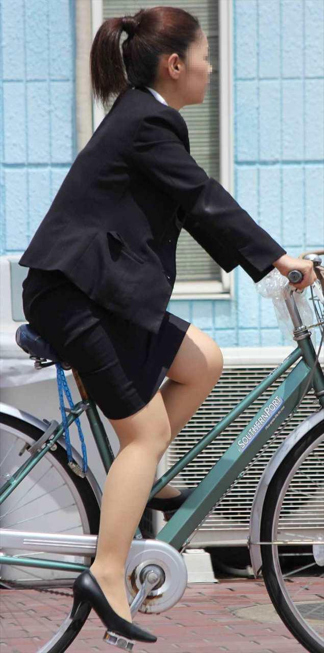 自転車に乗ったOLのパンチラGETの瞬間エロ画像14枚目