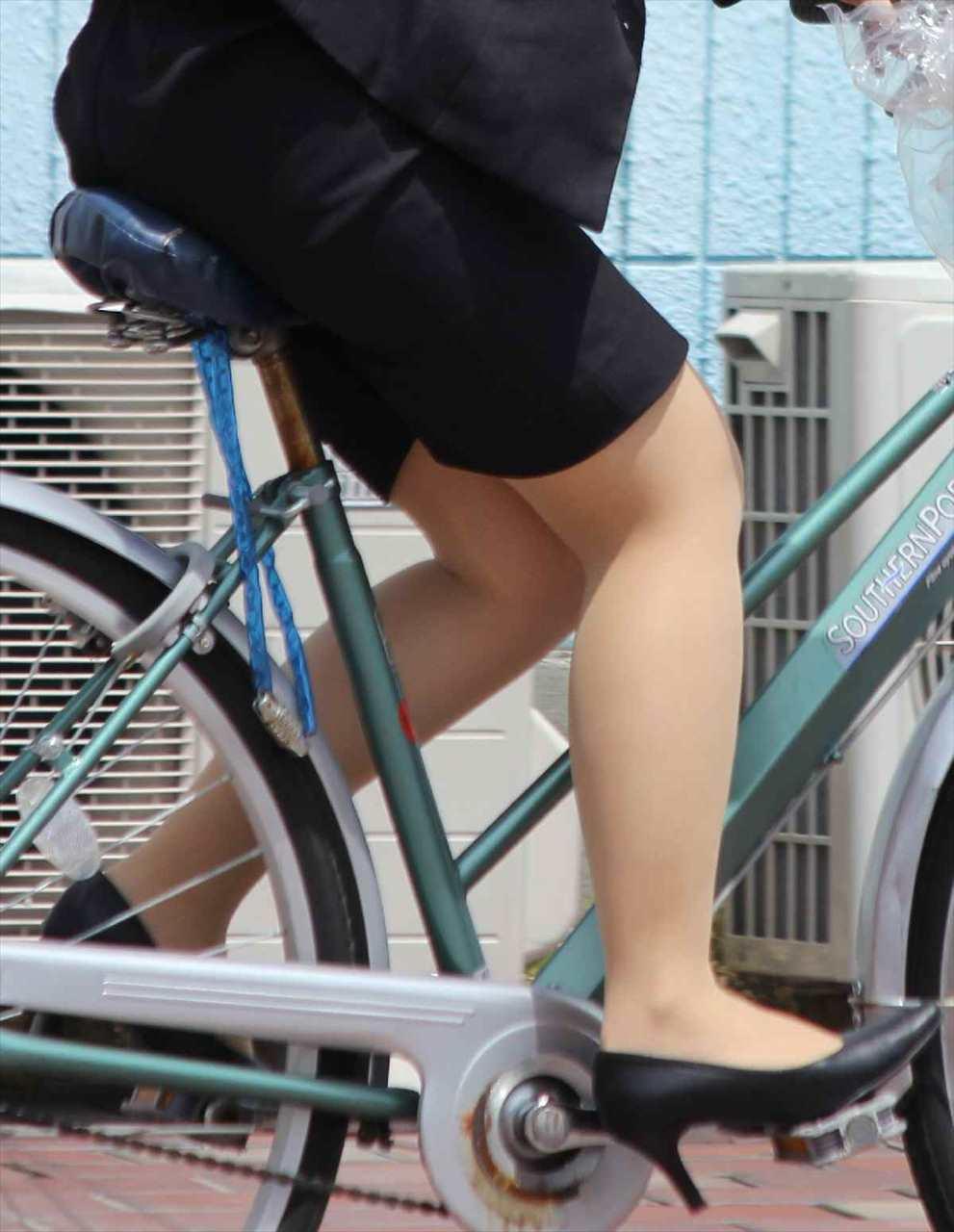 自転車に乗ったOLのパンチラGETの瞬間エロ画像15枚目