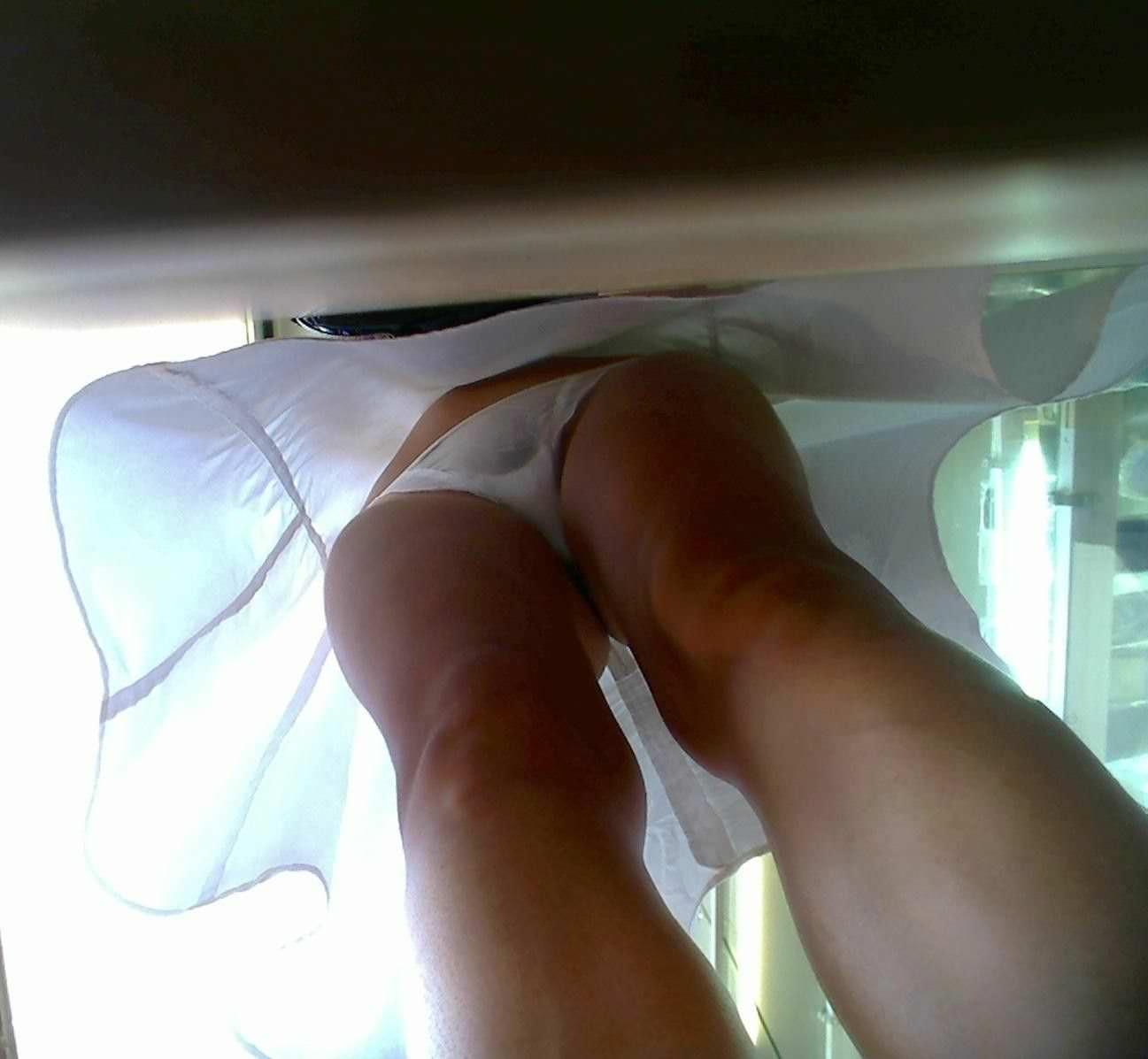 仕事中のナースお姉さんのスカートの中エロ画像14枚目