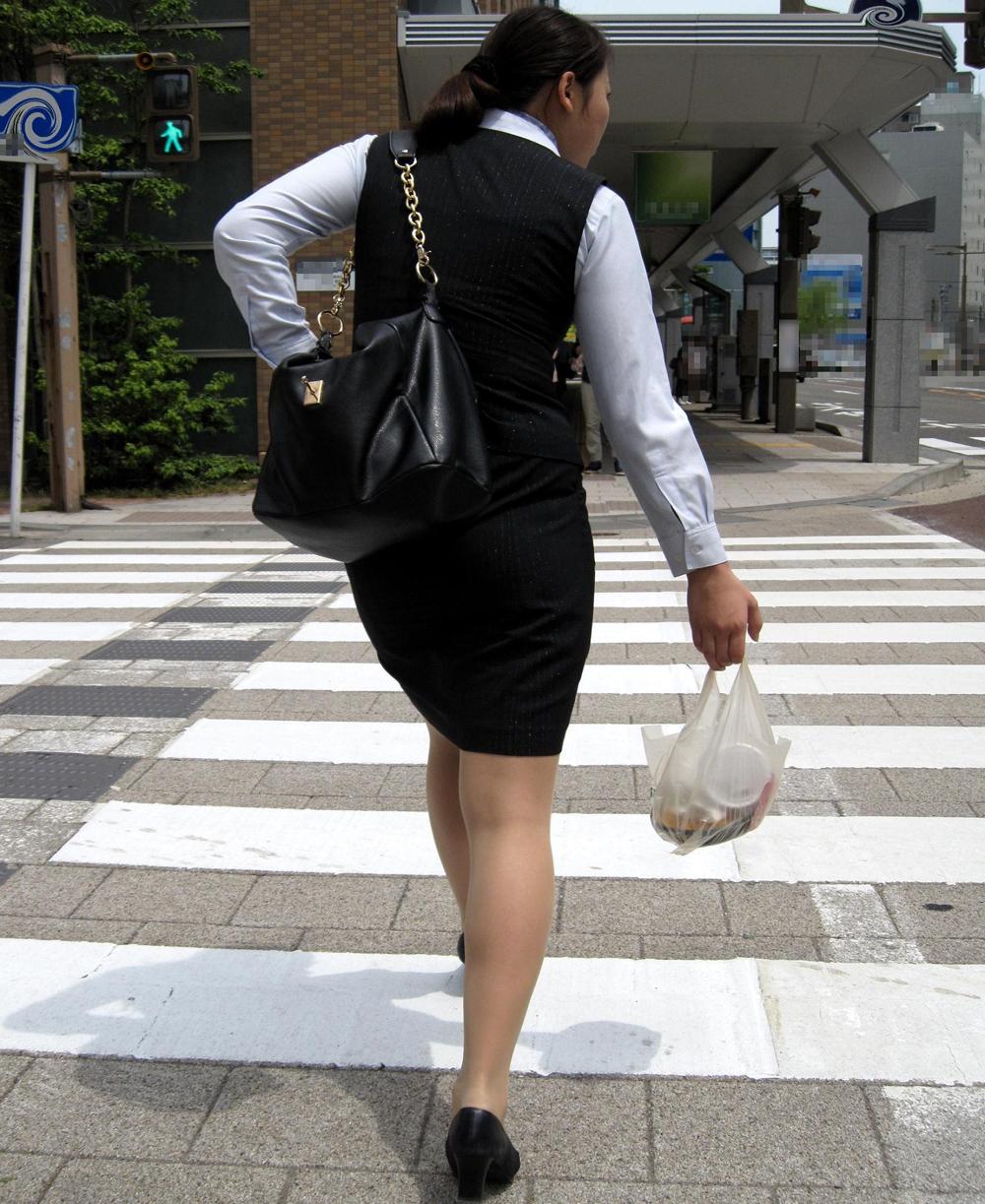 ヤリマンギャルOL巨尻タイトスカート盗撮エロ画像6枚目