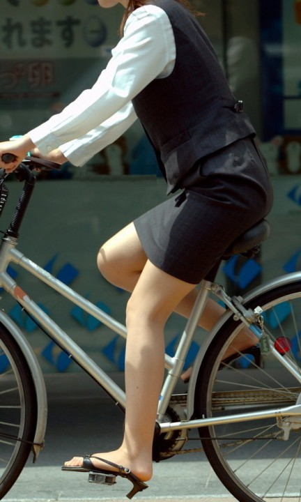 自転車OLタイトスカートずり上げ盗撮エロ画像2枚目