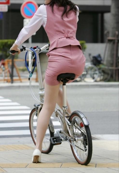 自転車OLタイトスカートずり上げ盗撮エロ画像4枚目