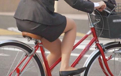 自転車OLタイトスカートずり上げ盗撮エロ画像5枚目