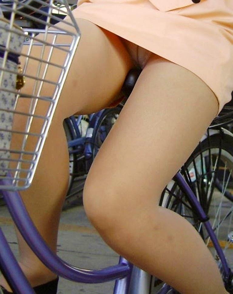 自転車OLタイトスカートずり上げ盗撮エロ画像7枚目