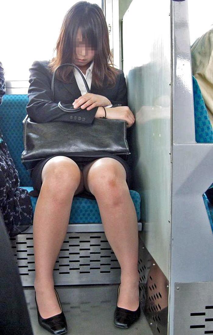 電車内対面OL三角タイトスカート下着盗撮エロ画像1枚目