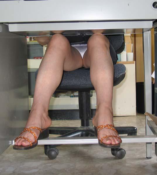 電車内対面OL三角タイトスカート下着盗撮エロ画像3枚目