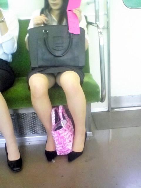 電車内対面OL三角タイトスカート下着盗撮エロ画像12枚目