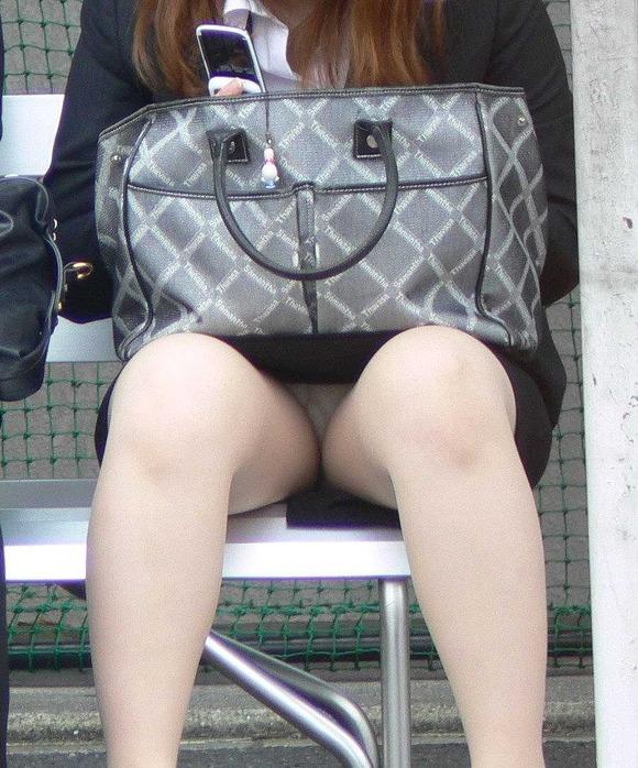 電車内対面OL三角タイトスカート下着盗撮エロ画像13枚目