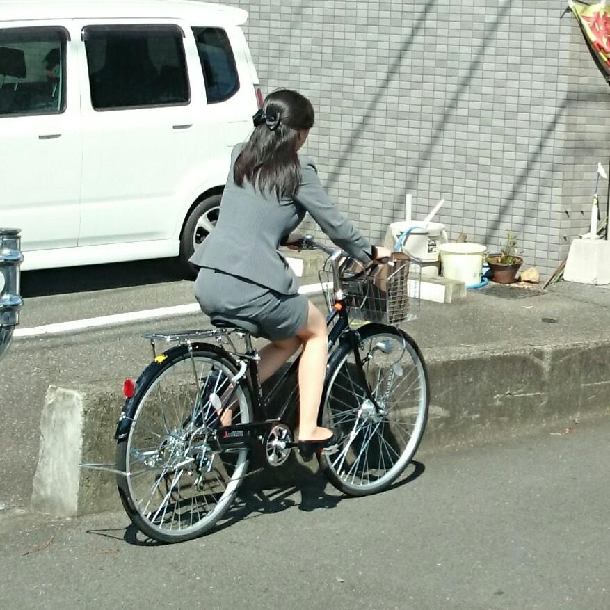 自転車OLタイトスカート三角パンチラ盗撮エロ画像11枚目