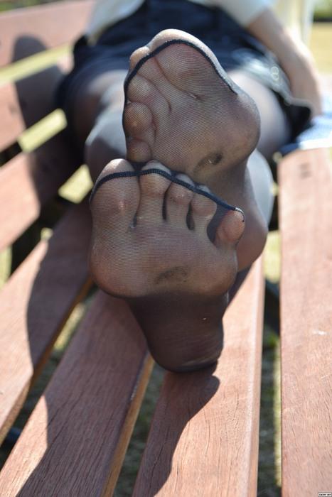 汚れまくった臭そうな足裏の黒ストOLエロ画像1枚目