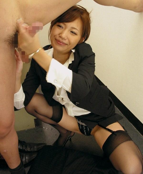 出張先のOLに乳首舐め手コキをさせる上司エロ画像15枚目