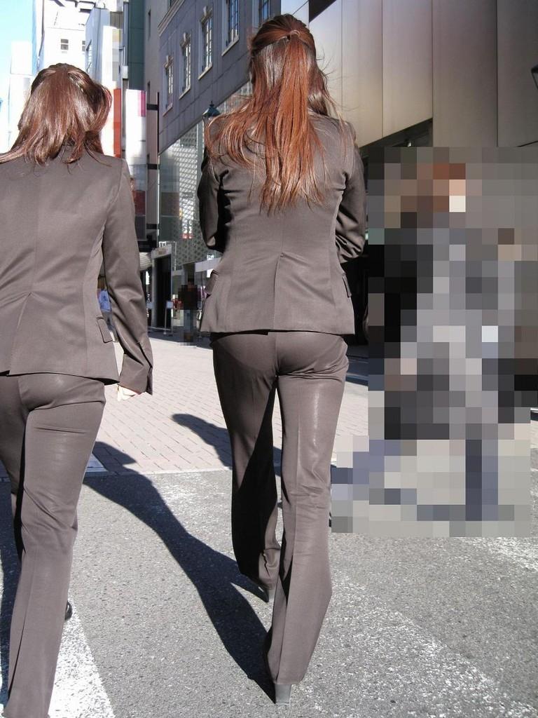 モロ見えパンティーラインのパンツスーツOL盗撮エロ画像1枚目