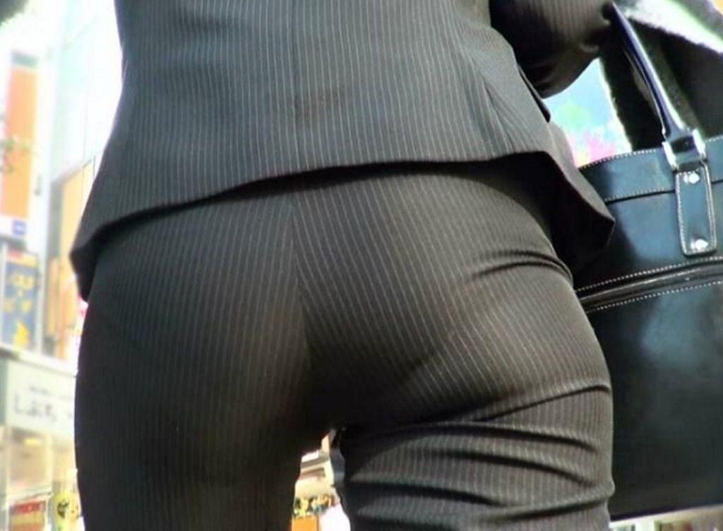 モロ見えパンティーラインのパンツスーツOL盗撮エロ画像2枚目