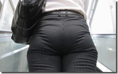 モロ見えパンティーラインのパンツスーツOL盗撮エロ画像7枚目
