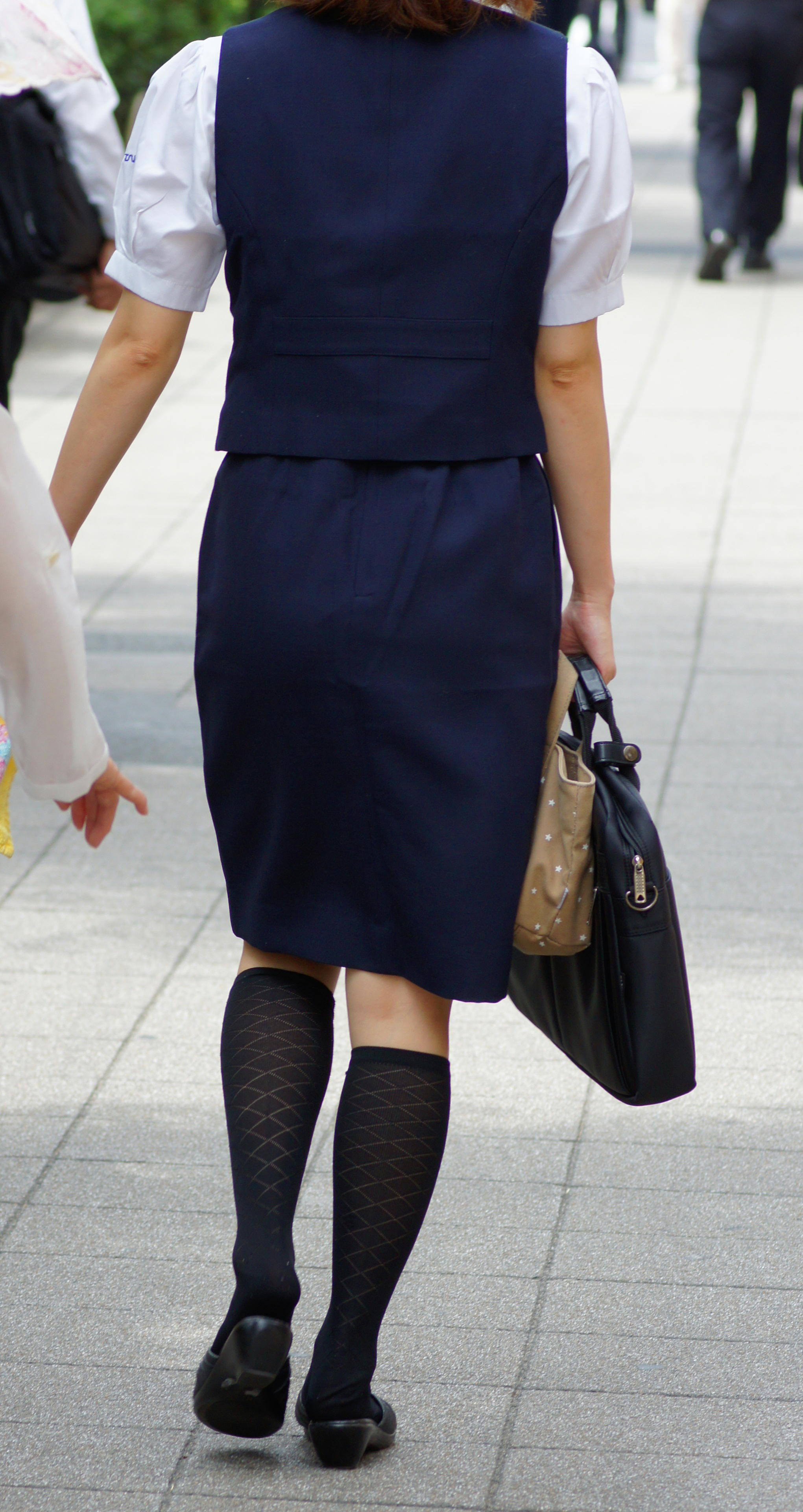 素人OL街撮り盗撮タイトスカートふくらはぎエロ画像3枚目