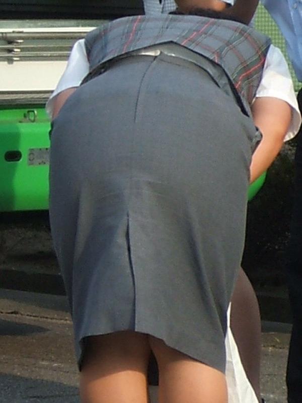 素人バスガイドの巨尻パンティーライン盗撮画像16枚目