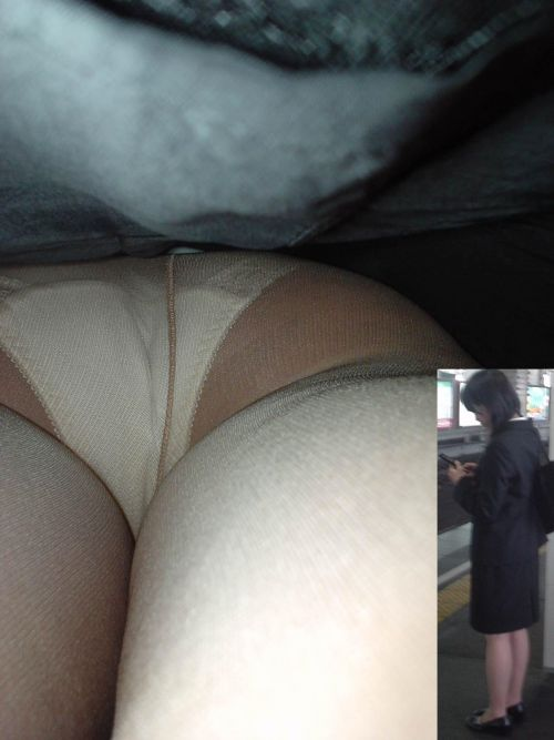 OLのタイトスカート内を逆さ撮りパンチラ盗撮エロ画像8枚目