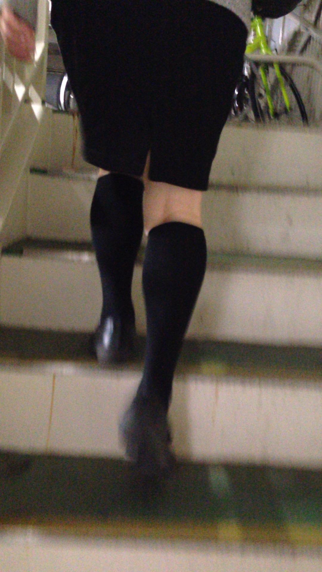 リクルートスーツOLの美脚ふくらはぎエロ画像10枚目
