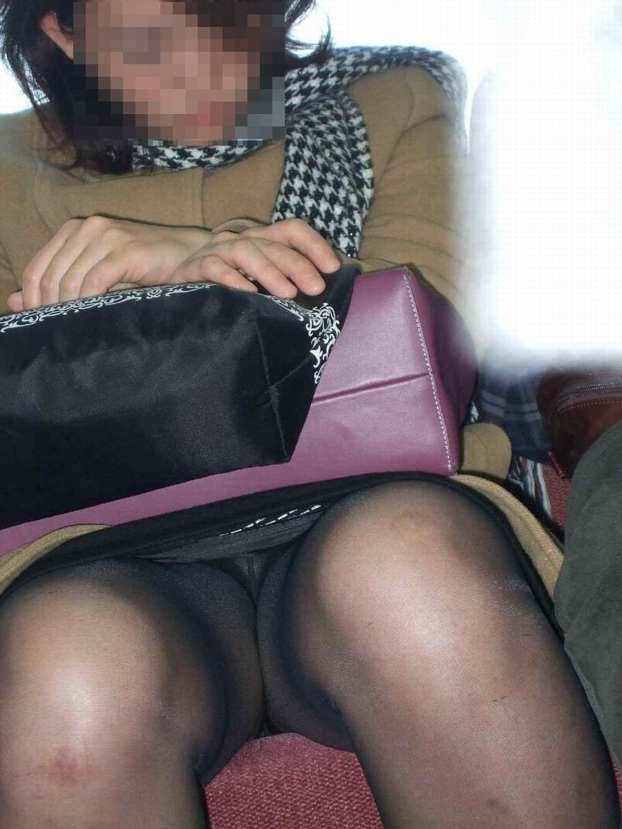 電車内素人OL三角デルタパンチラ盗撮エロ画像1枚目