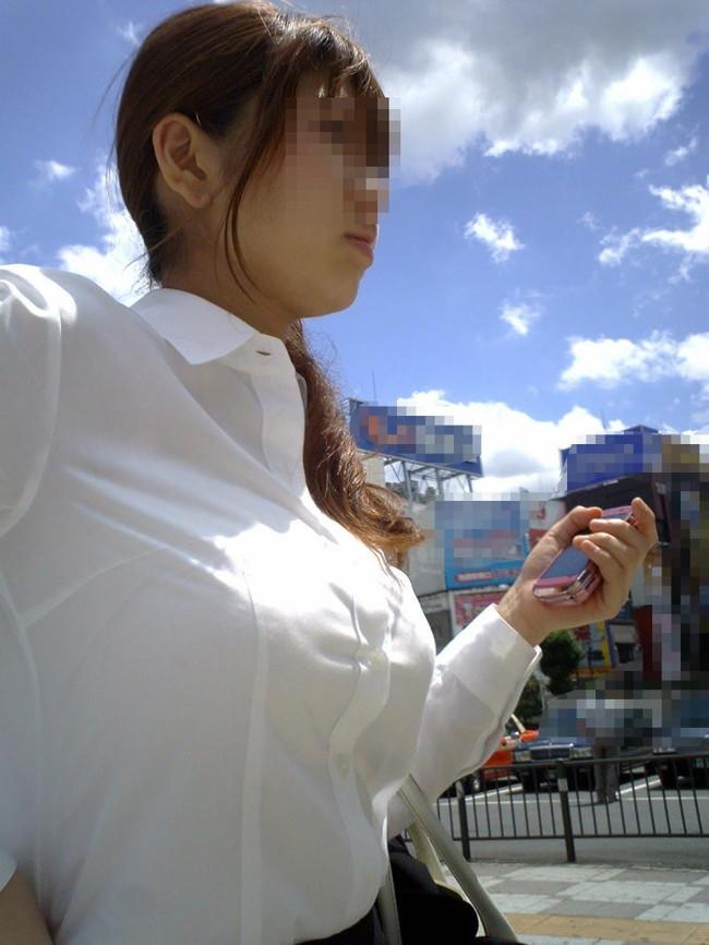 街撮り爆乳OLのブラジャーとブラウス盗撮エロ画像10枚目