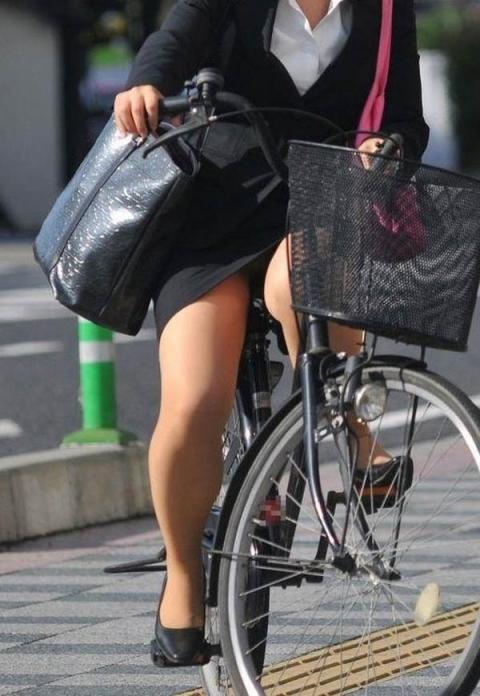 自転車リクスーOLのデルタパンチラ盗撮エロ画像1枚目