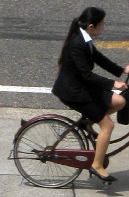 自転車リクスーOLのデルタパンチラ盗撮エロ画像2枚目