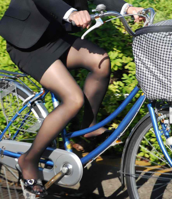 自転車リクスーOLのデルタパンチラ盗撮エロ画像8枚目