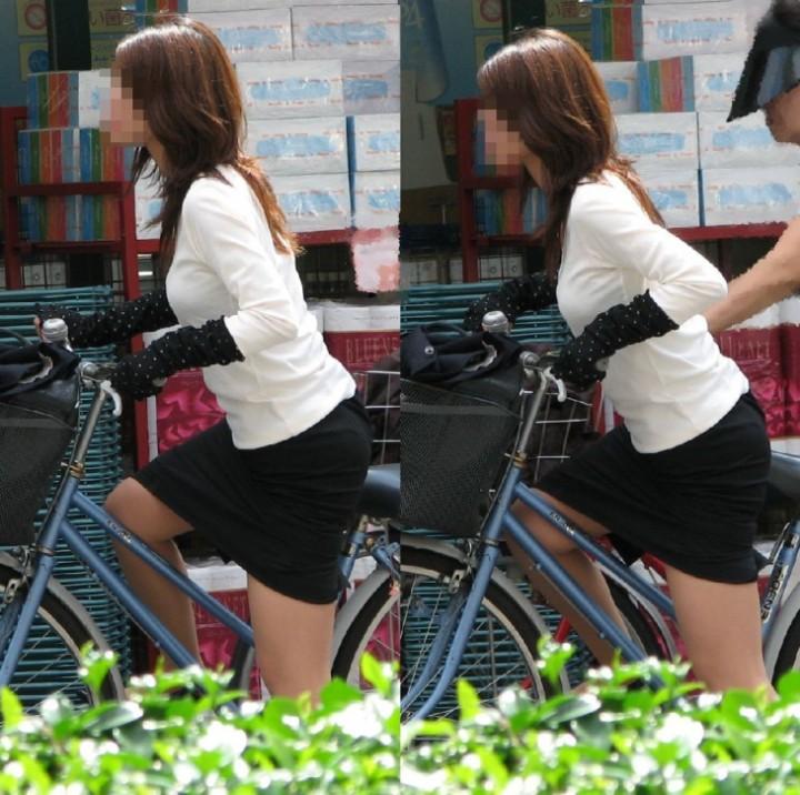 自転車でたくし上がったタイトスカートパンチラOLエロ画像3枚目