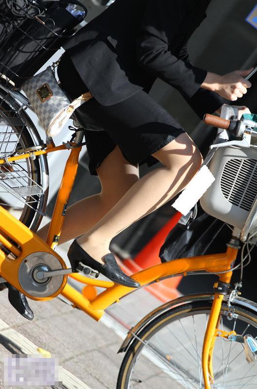 自転車でたくし上がったタイトスカートパンチラOLエロ画像4枚目