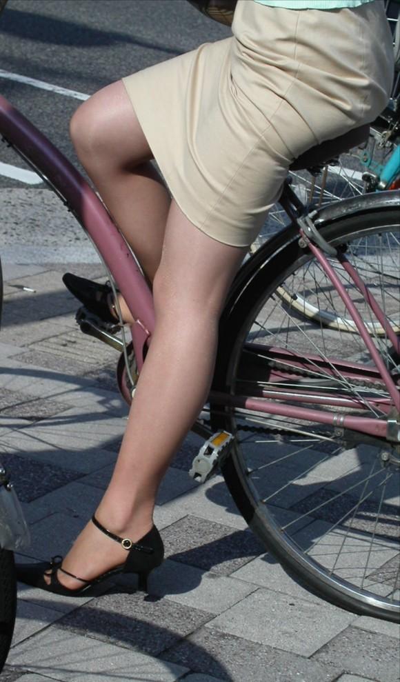 自転車でたくし上がったタイトスカートOLエロ画像8枚目