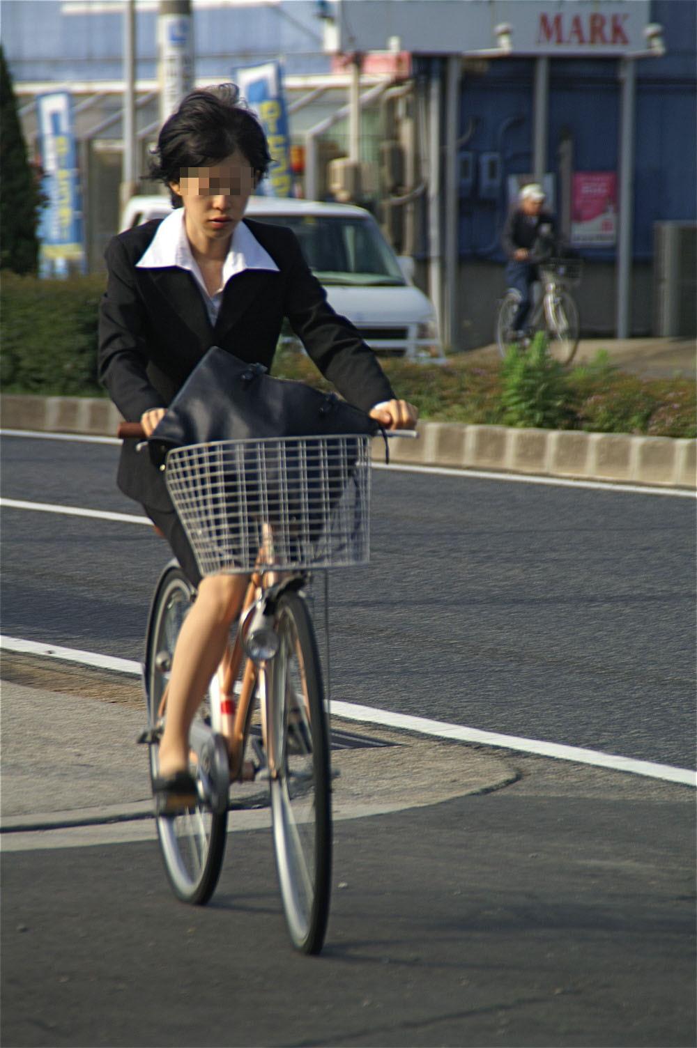 自転車でたくし上がったタイトスカートパンチラOLエロ画像12枚目