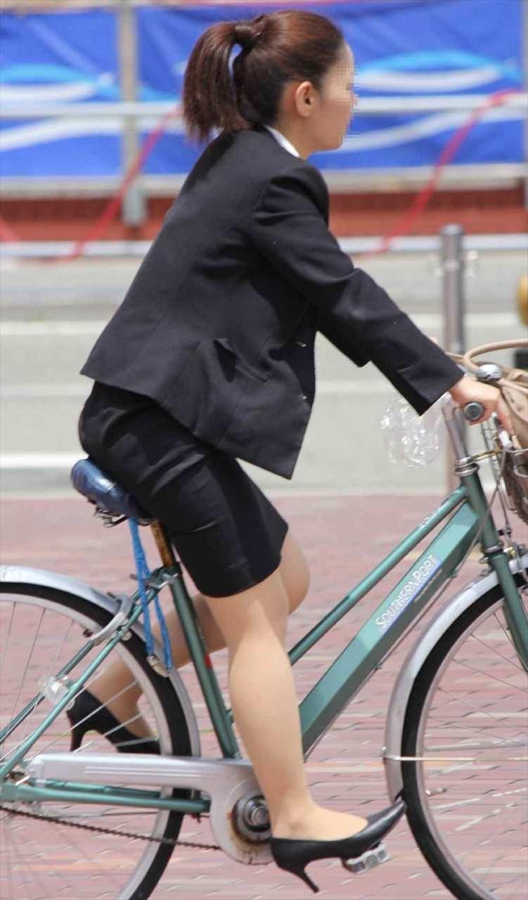 自転車でたくし上がったタイトスカートOLエロ画像13枚目