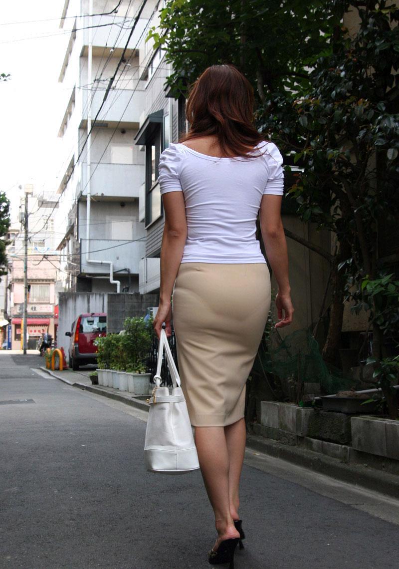 タイトスカートに浮かぶ透けパンティラインエロ画像9枚目