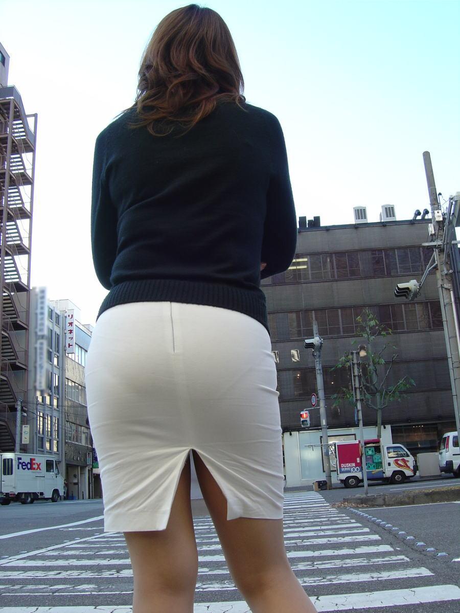 タイトスカートに浮かぶ透けパンティラインエロ画像14枚目