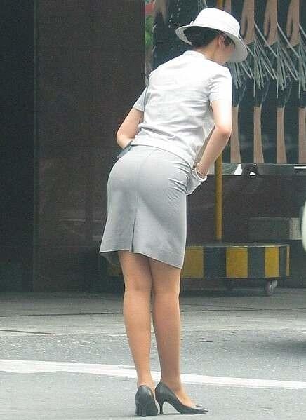 巨尻素人バスガイドのタイトスカート盗撮エロ画像3枚目