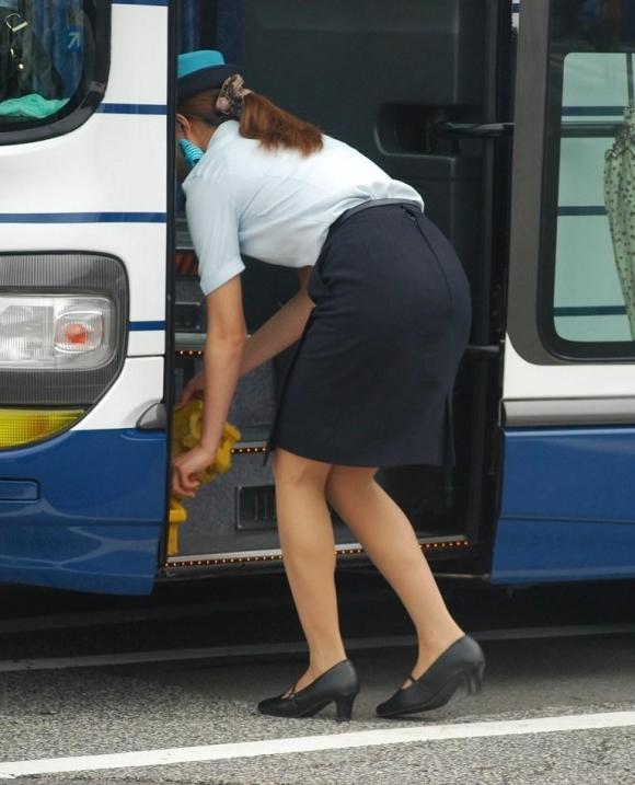 巨尻素人バスガイドのタイトスカート盗撮エロ画像9枚目