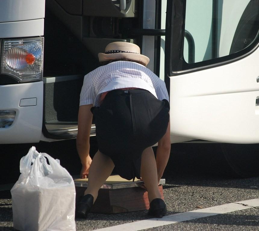 巨尻素人バスガイドのタイトスカート盗撮エロ画像13枚目