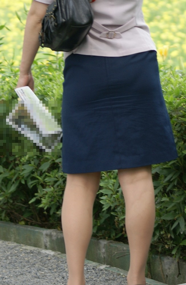巨尻素人バスガイドのタイトスカート盗撮エロ画像16枚目