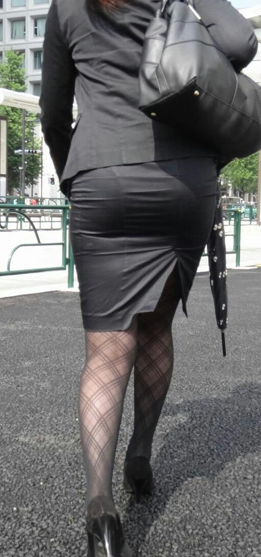 ピチピチなタイトスカートOLパンティライン画像2枚目