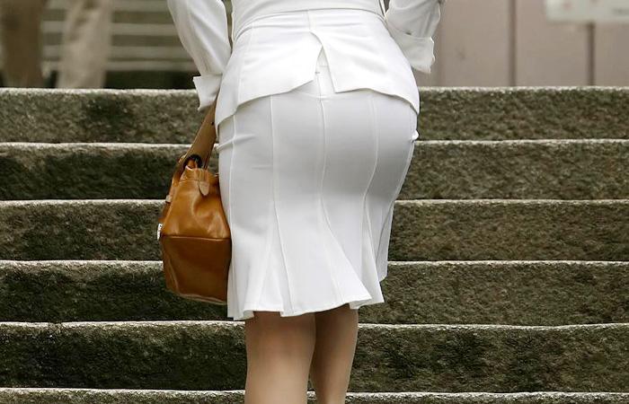 ピチピチなタイトスカートOLパンティライン画像10枚目