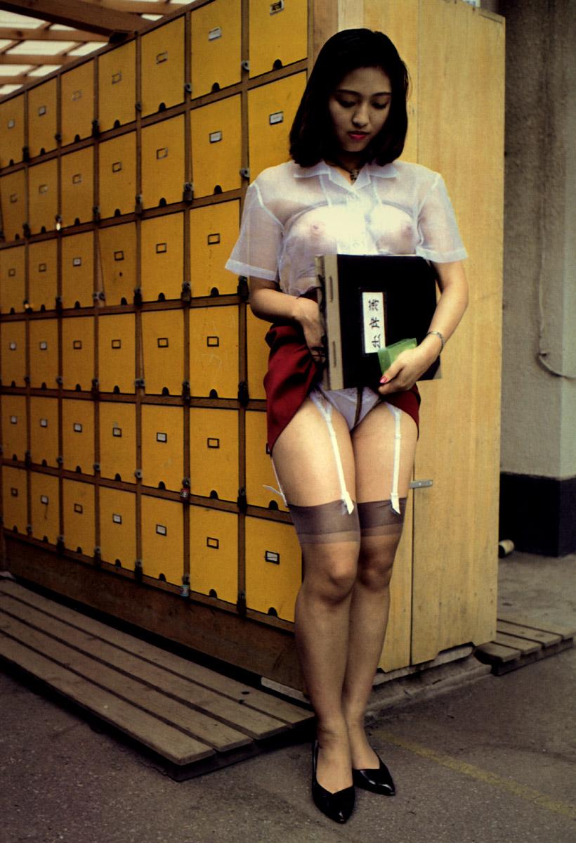 女教師のたくし上がったタイトスカートパンチラエロ画像15枚目