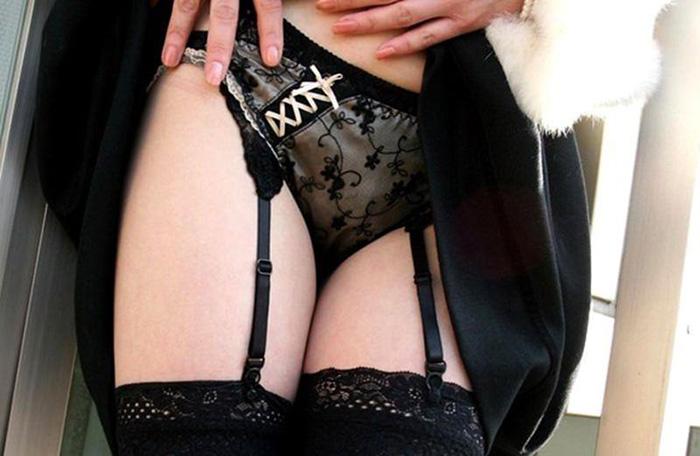 黒ブラジャーと黒パンティのセクシーOLエロ画像10枚目