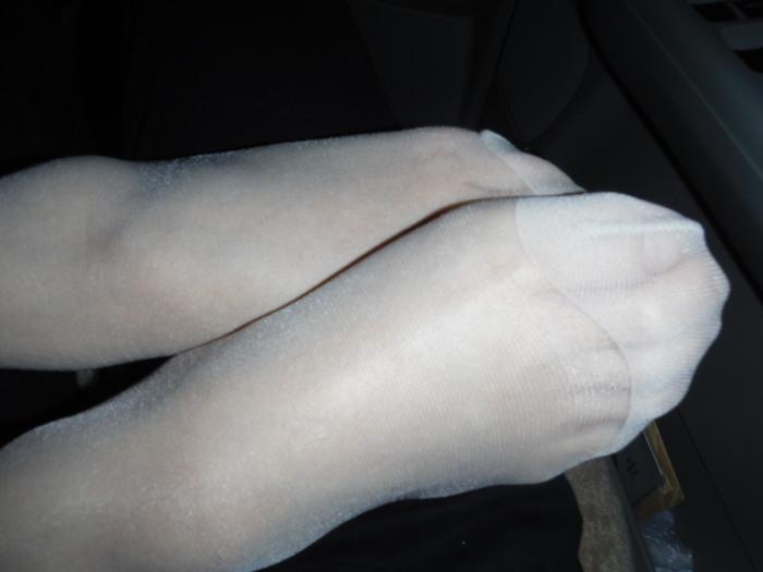 車内で撮影された三日月ベージュつま先パンスト画像1枚目