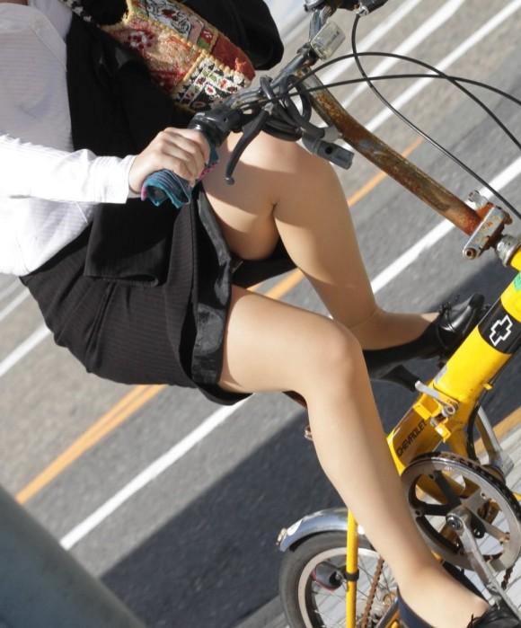 リクスー自転車OLのタイトミニ三角パンチラ盗撮エロ画像1枚目