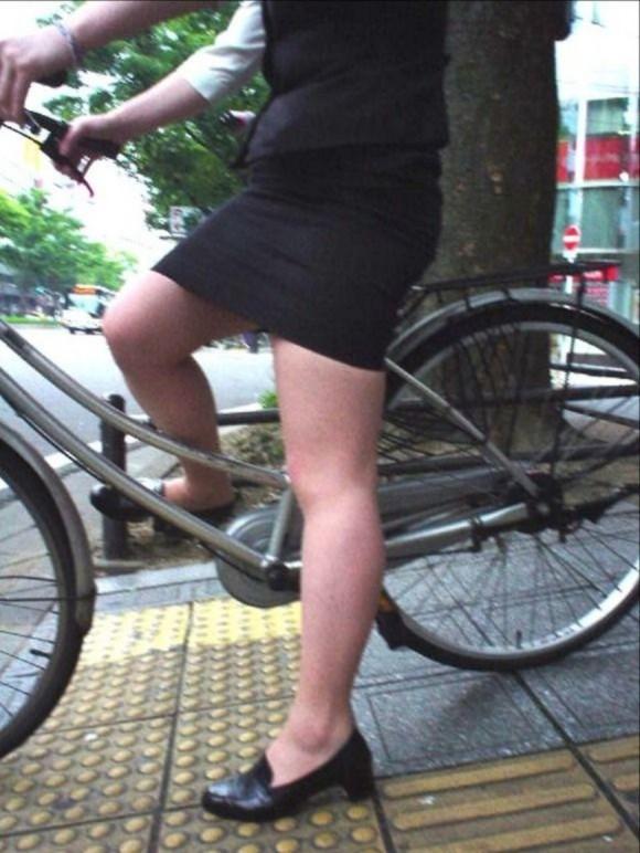 リクスー自転車OLのタイトミニ三角パンチラ盗撮エロ画像6枚目